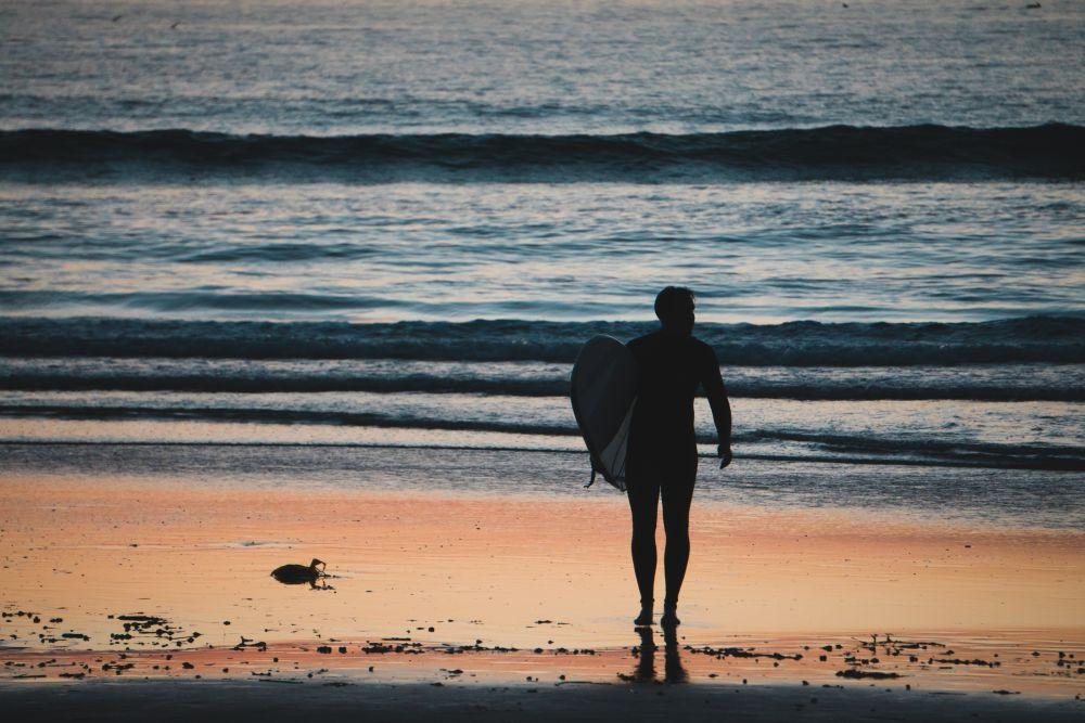 mattino in spiaggia a fare surf