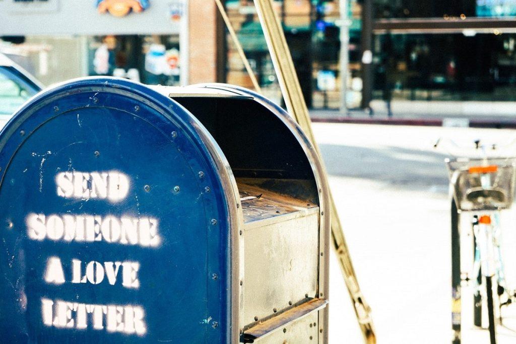 """Cassetta per imbucare la posta con scritto """"Manda a qualcuno una lettera d'amore"""""""